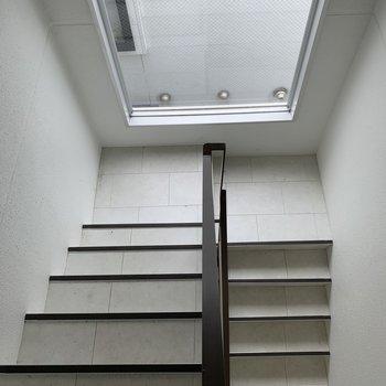 共用部廊下にも窓があって明るい!
