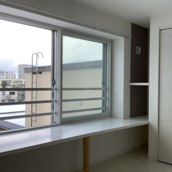 窓とクローゼットの横には小さい棚も。