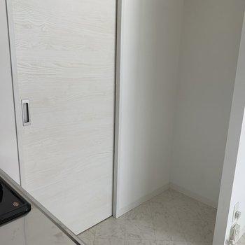 キッチンの後ろには冷蔵庫スペース確保済み!