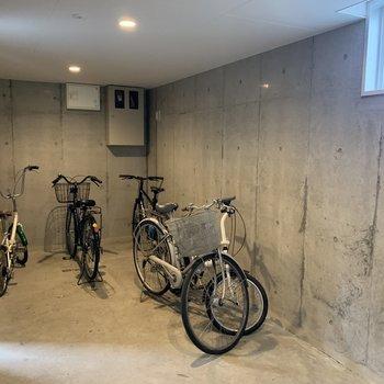 建物内には駐輪場も。