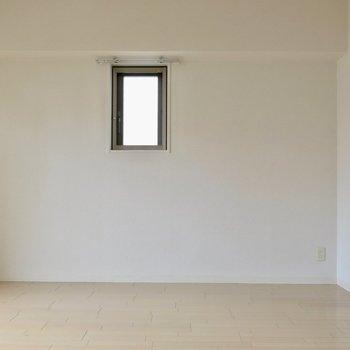 小窓がかわいい(※写真は3階の反転間取り別部屋のものです)