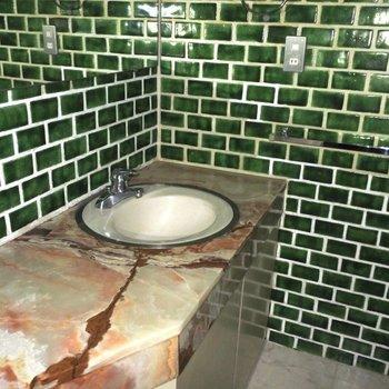 【工事前】大理石と緑のタイルがレトロな独立洗面台※既存利用予定になります