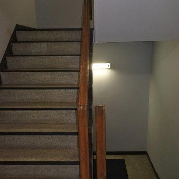 2階までは階段でさくっと!