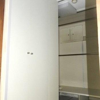 【工事前】この奥には洗濯機置き場があります、収納スペースは言うことなし◎