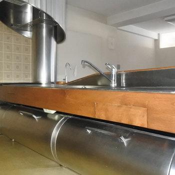 【工事前】キッチン下にも収納。奥のタイルもレトロで可愛い。※既存利用予定になります