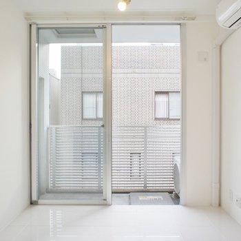 外の光も入りやすくお部屋も明るいです(※写真は4階同間取り別部屋のものです)