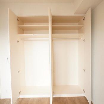 【洋室】クローゼットは分かれているので、2人の洋服を別々に収納できます。