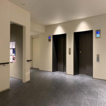 エレベーター近くに宅配ボックスがあります。