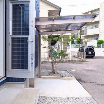 お部屋の裏手には屋根付きの駐輪スペース。