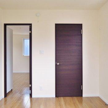 洋室②】左のドアを開けると…