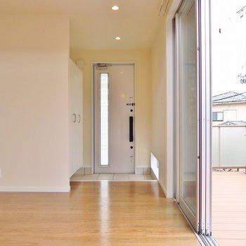 玄関の足元には小窓。足元から明るく。