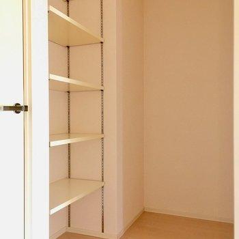 こちらも反対のキッチン横スペース。可動式の棚も付いています。(※写真は14階の同間取り別部屋のものです)