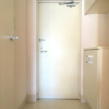 玄関はシンプルサイズ。(※写真は14階の同間取り別部屋のものです)