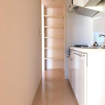 キッチンは人1人が入るぐらいのスペース。(※写真は14階の同間取り別部屋のものです)