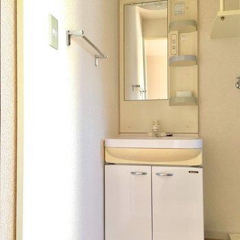 洗面台にはタオル掛けつきですよ〜!(※写真は14階の同間取り別部屋のものです)