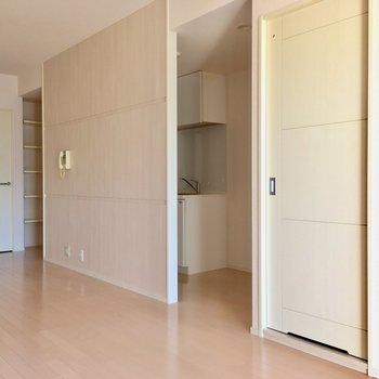 キッチンは洋室の横に。ドアはないですが壁で仕切られています。(※写真は14階の同間取り別部屋のものです)