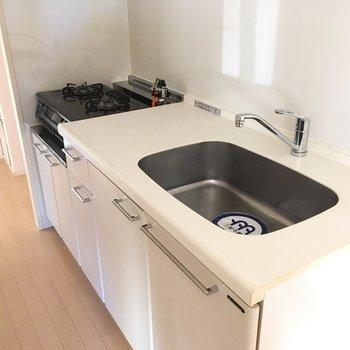 キッチンはガス2口。作業台もしっかりあります。(※写真は14階の同間取り別部屋のものです)