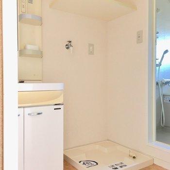 洗濯機置場の上部には高さ低めの棚付き。(※写真は14階の同間取り別部屋のものです)