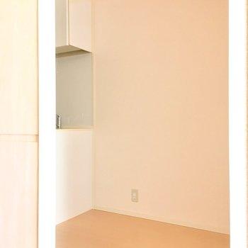 キッチン横には広いスペースが!冷蔵庫置場にしようかな?(※写真は14階の同間取り別部屋のものです)