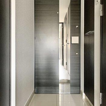 玄関の姿見で出掛ける前の最終チェックを。※写真は2階の同間取り別部屋のものです