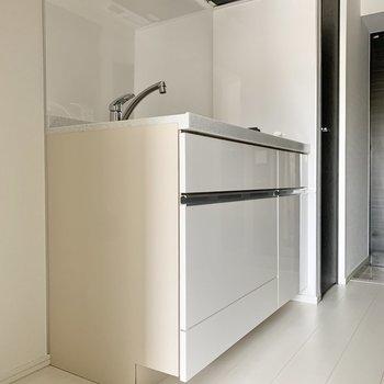冷蔵庫は横に置けますね。※写真は2階の同間取り別部屋のものです