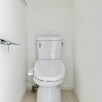 ゆったりしたトイレで落ち着きます。※写真は2階の同間取り別部屋のものです
