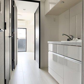 収納多めのキッチンです。※写真は2階の同間取り別部屋のものです