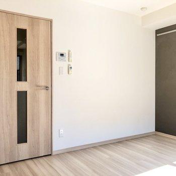 扉は淡い木目調で統一されています。