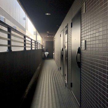 共用廊下も屋根付きで出かけやすいですね。