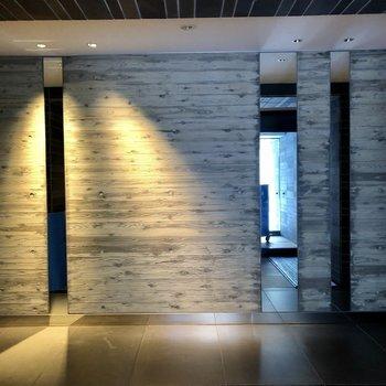 1階エントランスはシックな雰囲気。
