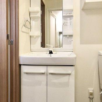 朝の準備に便利な独立洗面台。