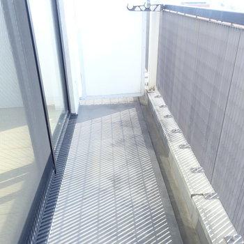 バルコニーは適度に広く、コンクリだから清潔。(※写真は10階の同間取り別部屋のものです)