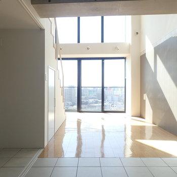床の切り替えが素敵。(※写真は10階の同間取り別部屋のものです)