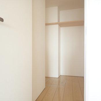ウォークインクローゼットもありますよ。(※写真は10階の同間取り別部屋のものです)