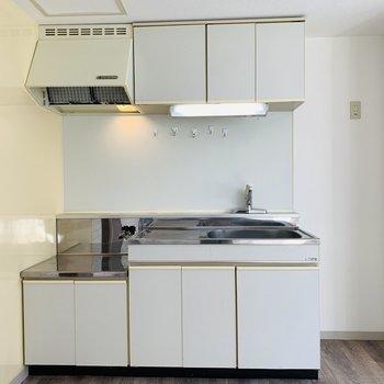 上下に収納があるシンプルなキッチン