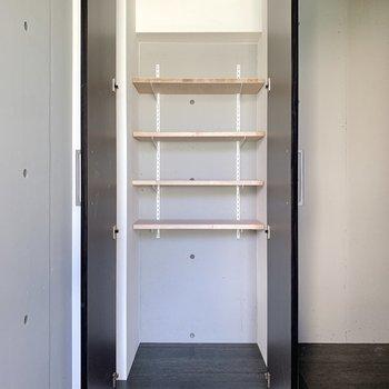 【1階玄関】背が高い靴もしまうことができます