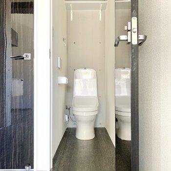 トイレは2階のLDKにあります。※写真は通電前・フラッシュを使用しています