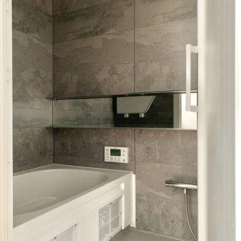 高級感のある浴室※写真は通電前・フラッシュを使用しています