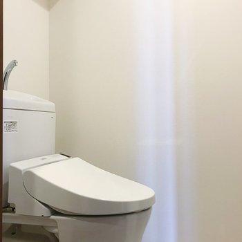 トイレは温水洗浄便座付き。※写真は別部屋のものです