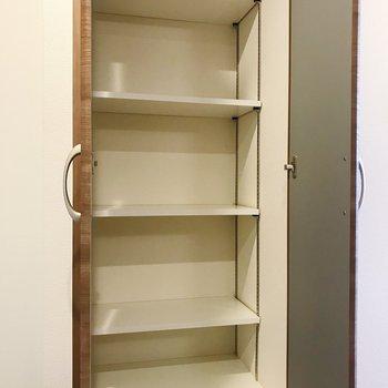 ゆったりサイズの靴箱。日用品ストックも収納しておけそうですね。※写真は別部屋のものです