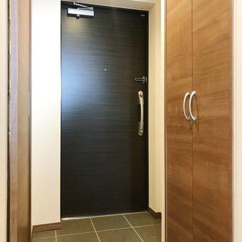 玄関はシックに。※写真は別部屋のものです