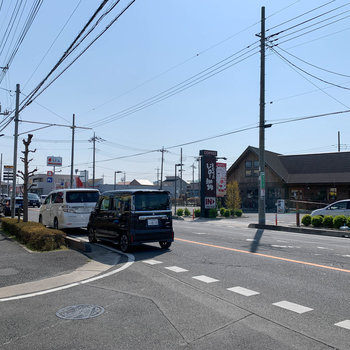 歩いて2~3分圏内に、コーヒー屋さんやクリーニング店があります。