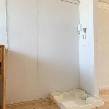 キッチン右が冷蔵庫と洗濯機置き場。