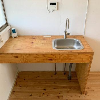 造作のキッチン。作業スペースの広さをしっかり確保。