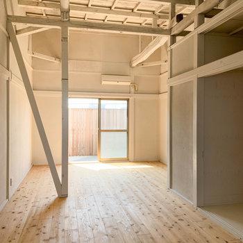 天井のむき出しな風合いや、柱、梁、そして無垢床。
