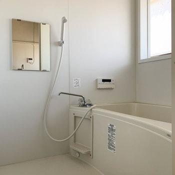 お風呂にも窓があり換気に便利。オートバスや追い炊き付きです。