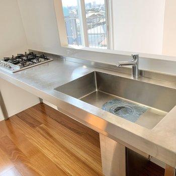 【上階】なんと四口コンロ!料理の幅が広がりますね。