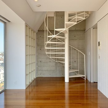 【下階】螺旋階段が美しいですね。