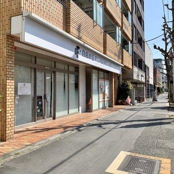 お部屋側には動物病院とバス停が。東京駅・目黒駅に行けますよ。