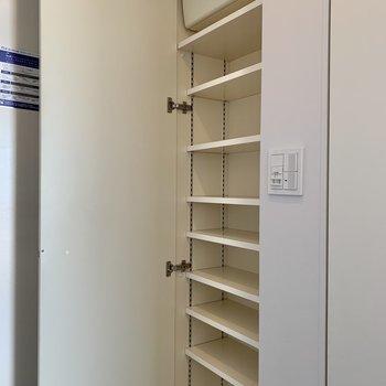 【下階】シューズボックス棚は高さが変えられます。